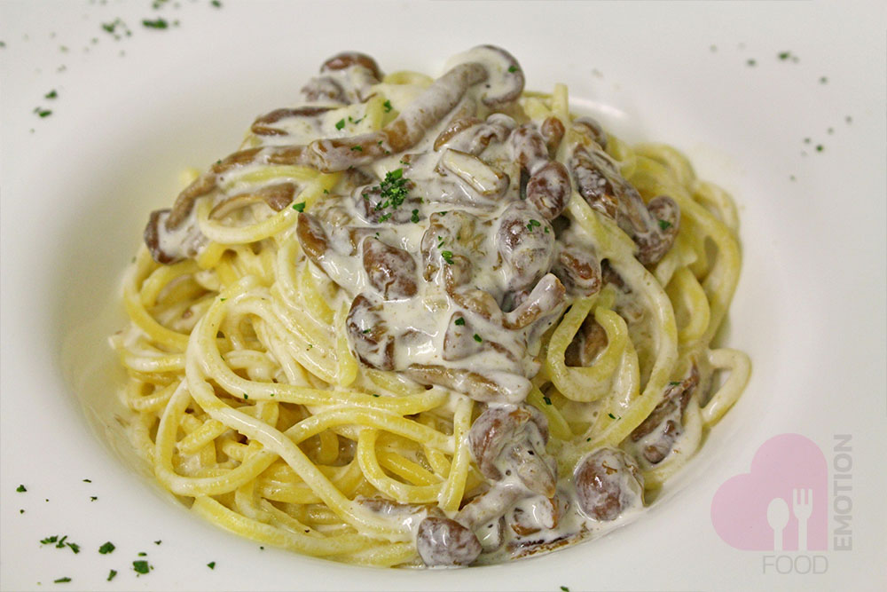 Spaghetti alla chitarra (egg pasta typical of Abruzzo) with Pioppini mushrooms and truffle cream