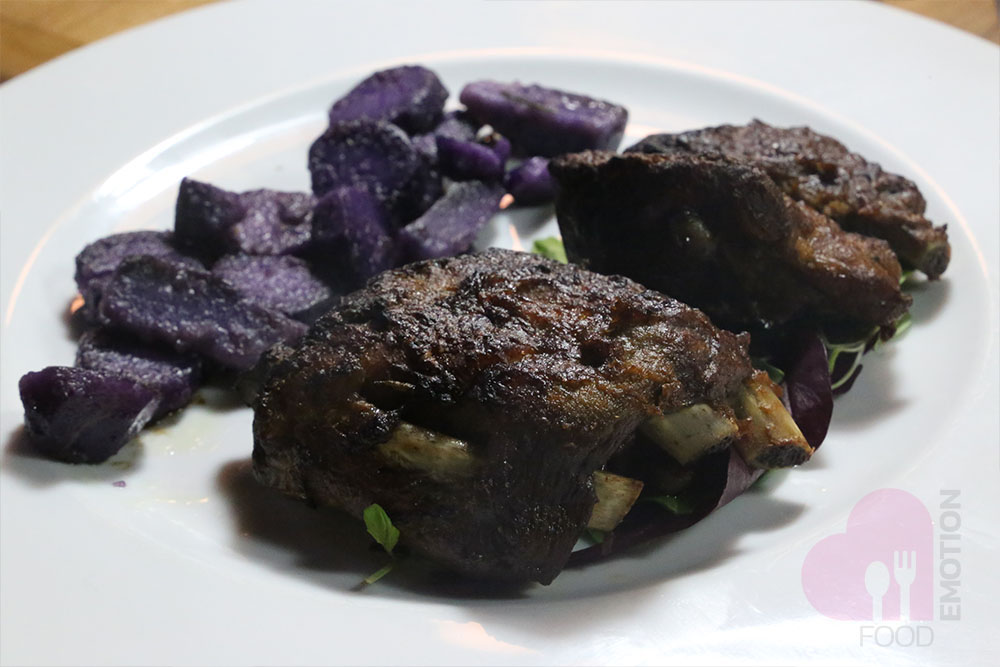 Costine di Pata Negra con salsa barbecue home made e patate viola saltate