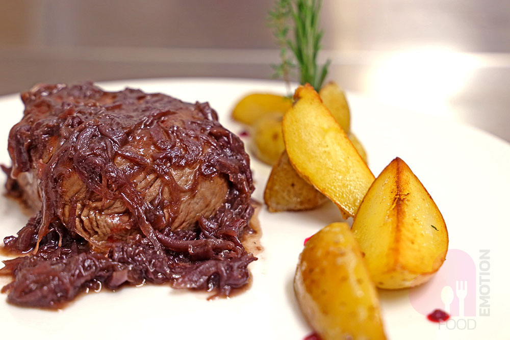 Beef fillet with braised Tropea onion and pan-seared potatoes